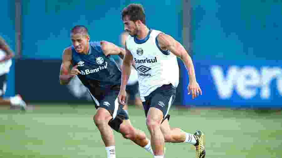Lucas Araújo (esq) ganhou espaço em jogo-treino que Renato Gaúcho assistiu - Lucas Uebel/Grêmio FBPA