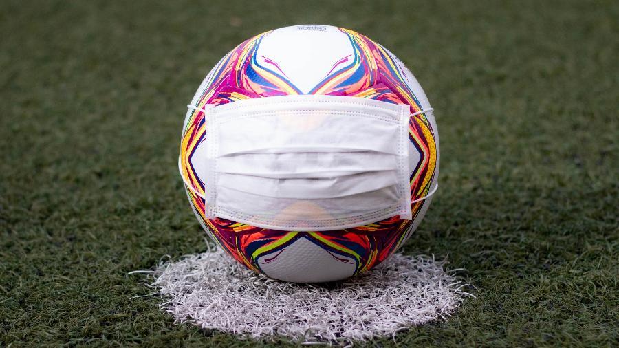 Imagem ilustrativa de bola de futebol com máscara - Fernando Moreno/AGIF