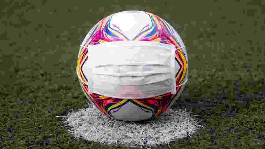 Máscara em bola de futebol durante pandemia do novo coronavírus - Fernando Moreno/AGIF