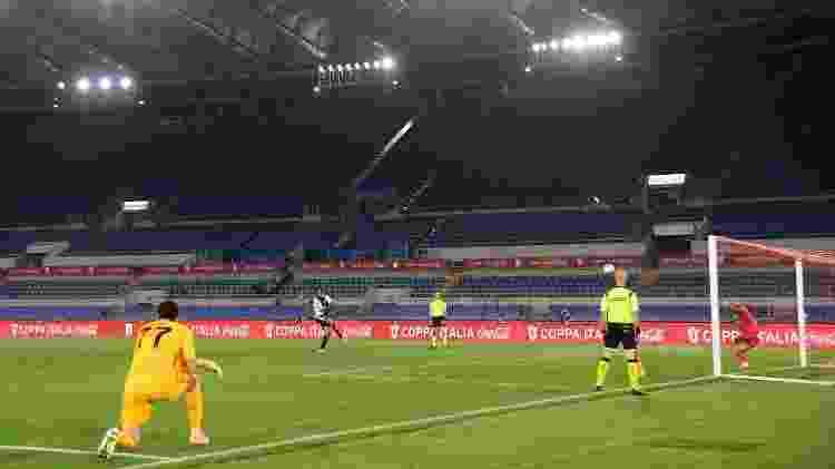 Danilo erra cobrança para a Juventus na final da Copa da Itália contra o Napoli - REUTERS/Alberto Lingria - REUTERS/Alberto Lingria