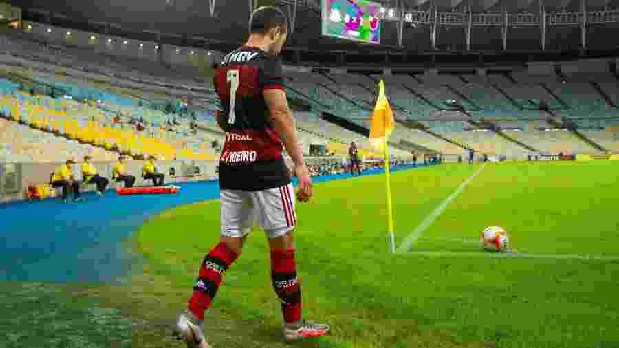 Everton Ribeiro cobra escanteio em jogo no Maracanã sem torcida. Clube pega o Boavista de olho em questões extracampo - Alexandre Vidal/Flamengo
