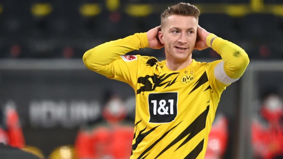 Marco Reus, do Borussia Dortmund, lamenta após perder pênalti na partida contra o Mainz - Ina Fassbender / POOL / AFP