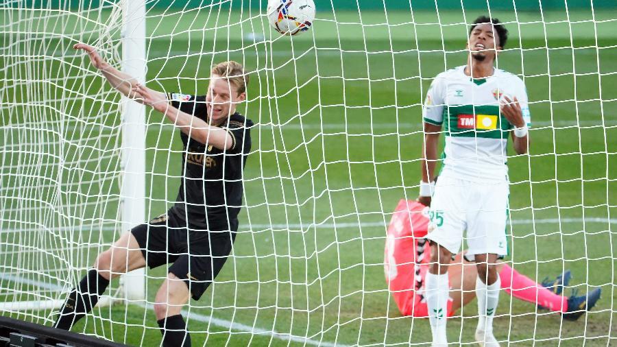 De Jong entrou com bola e tudo - JOSE JORDAN / AFP