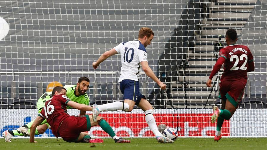 Harry Kane marca pelo Tottenham em partida disputada contra o Wolverhampton  pelo Inglês - Adrian DENNIS / POOL / AFP