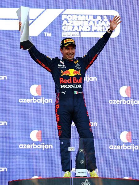 Sergio Perez comemora após vencer o GP do Azerbaijão - Dan Istitene - Formula 1/Formula 1 via Getty Images