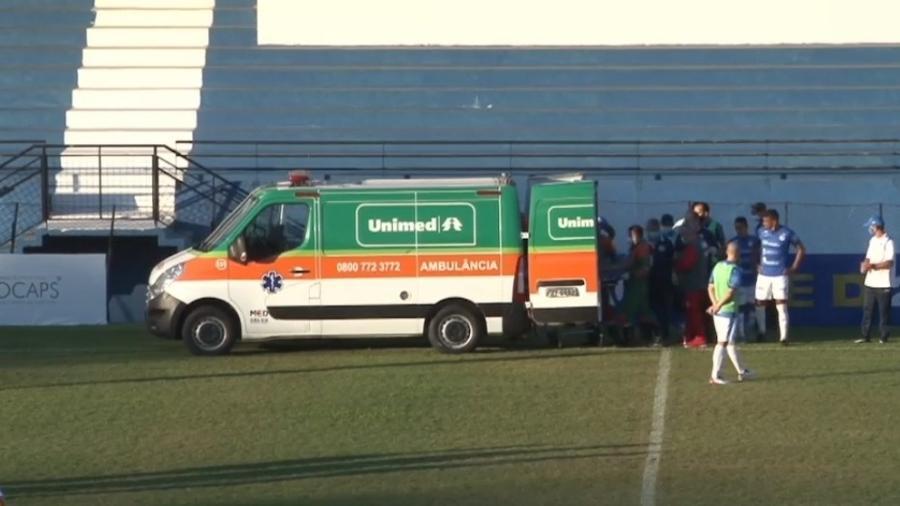 Jogador do Bangu é retirado de ambulância durante partida da Série D  - Reprodução/Eleven Sports