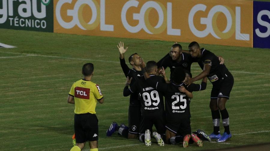 Jogadores do Botafogo comemoram gol sobre o Londrina pela Série B - ISAAC FONTANA/FRAMEPHOTO/ESTADÃO CONTEÚDO