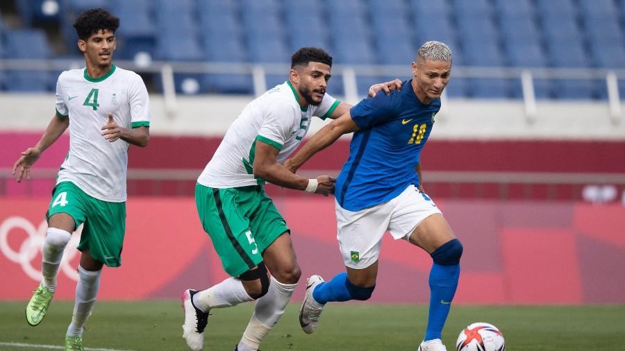 Richarlison tenta jogada em Arábia Saudita x Brasil pelas Olimpíadas de Tóquio - Lucas Figueiredo/CBF