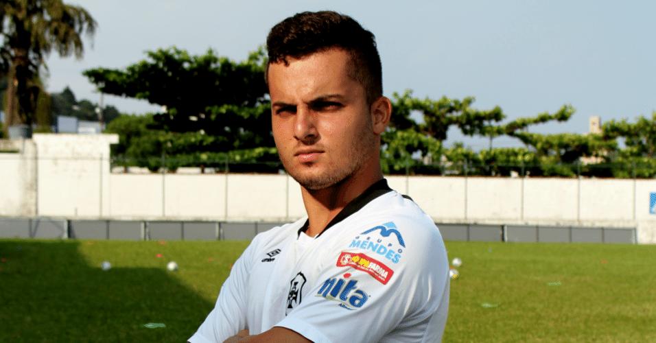 Jean Chera posa com camisa de treino da Portuguesa Santista