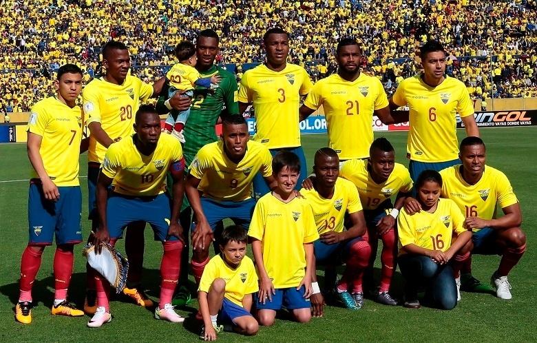 Erazo (camisa 3) e Cazares (camisa 19) foram titulares do Equador no empate com o Paraguai