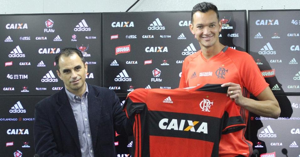 O zagueiro Réver foi apresentado no Flamengo pelo diretor executivo Rodrigo Caetano