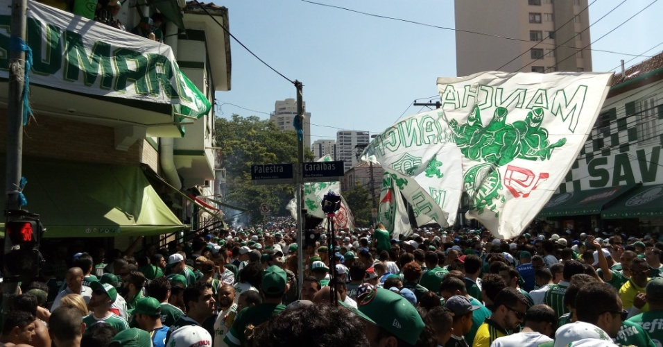 Esquina da Rua Palestra com a Rua Caraibas lotada de torcedores antes de entrar ao estádio do Palmeiras
