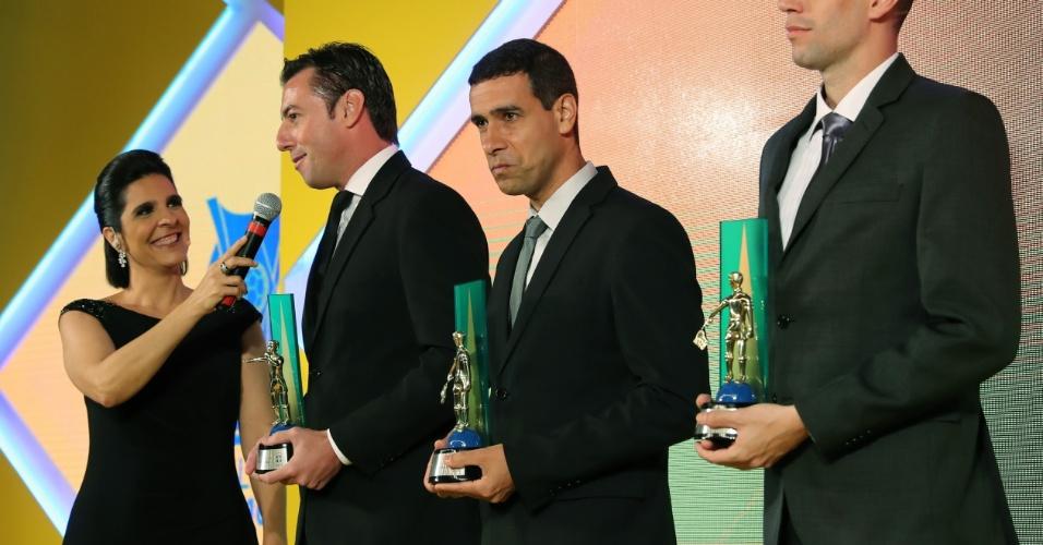 Raphael Claus (à esquerda) e os assistentes Marcelo Van Gasse e Rogério Zanardo receberam o prêmio de melhor trio de arbitragem