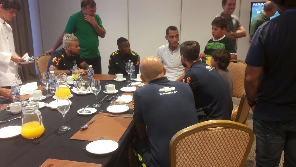 Zagueiro Neto conversa com jogadores da seleção brasileria