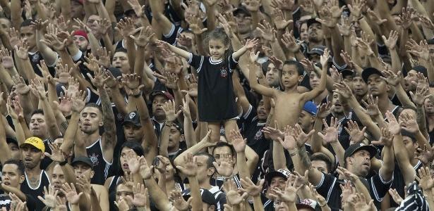 Torcedores do Corinthians assistem à vitória sobre o Santos em Itaquera