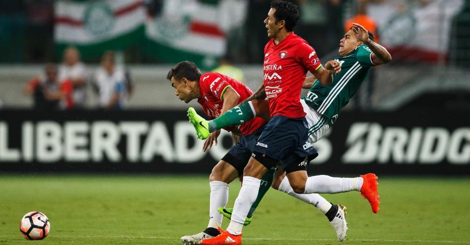 Dudu, do Palmeiras, tenta passar por dois jogadores do Jorge Wilstermann, no Allianz Parque