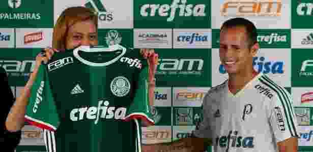 Leila Pereira, dona da Crefisa, entrega camisa do Palmeiras para Guerra, novo contratado - Cesar Greco / Fotoarena - Cesar Greco / Fotoarena
