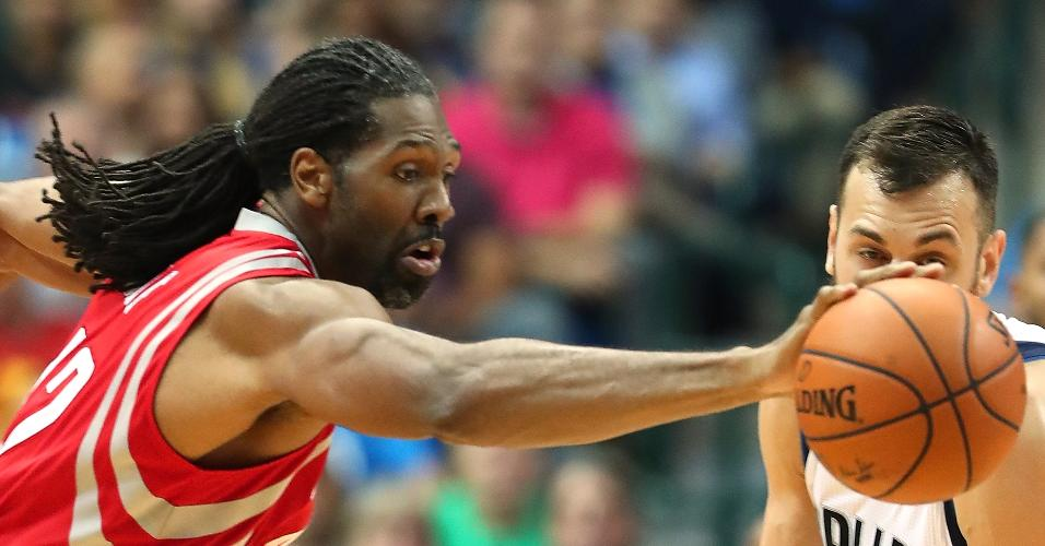 Nenê, do Houston Rockets, em lance contra o Dallas Mavericks