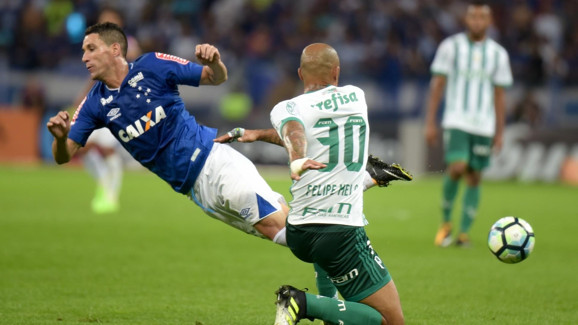 Thiago Neves, do Cruzeiro, divide lance com Felipe Melo, do Palmeiras, pela Copa do Brasil