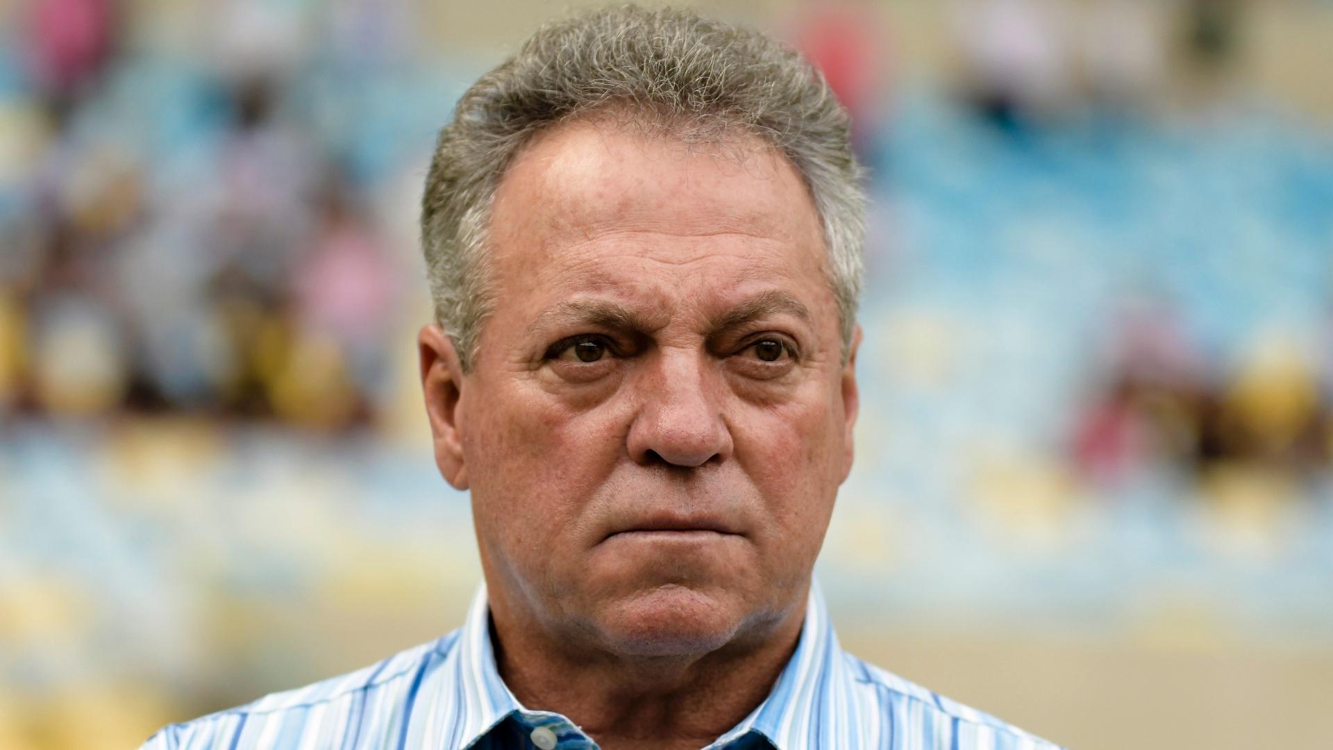 O técnico Abel Braga orienta o Fluminense em jogo contra o Palmeiras