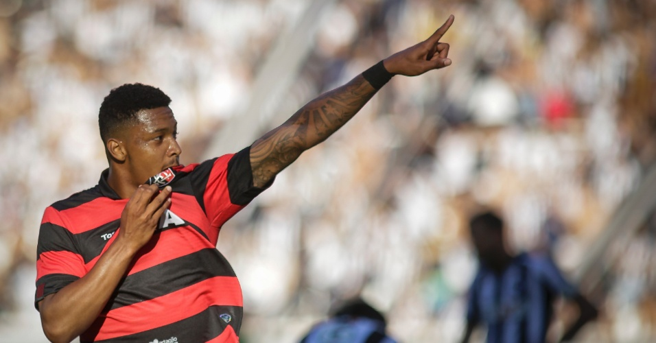 David comemora o gol do Vitória contra o Botafogo