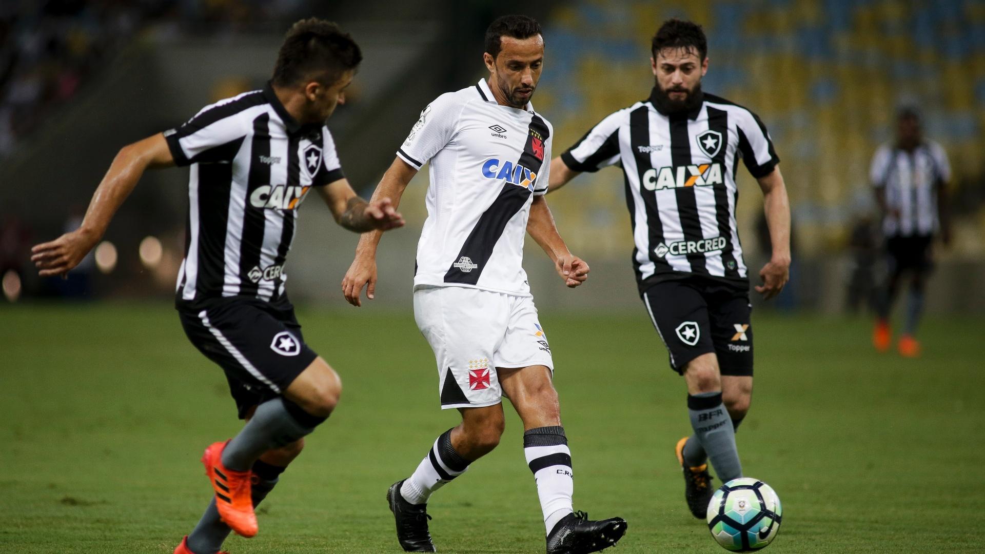 Nenê passa a bola e é observado por João Paulo durante jogo entre Vasco e Botafogo