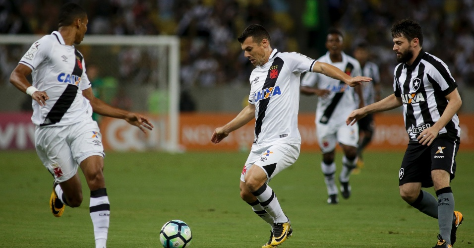 Wagner domina a bola pelo Vasco e é acompanhado por João Paulo, do Botafogo