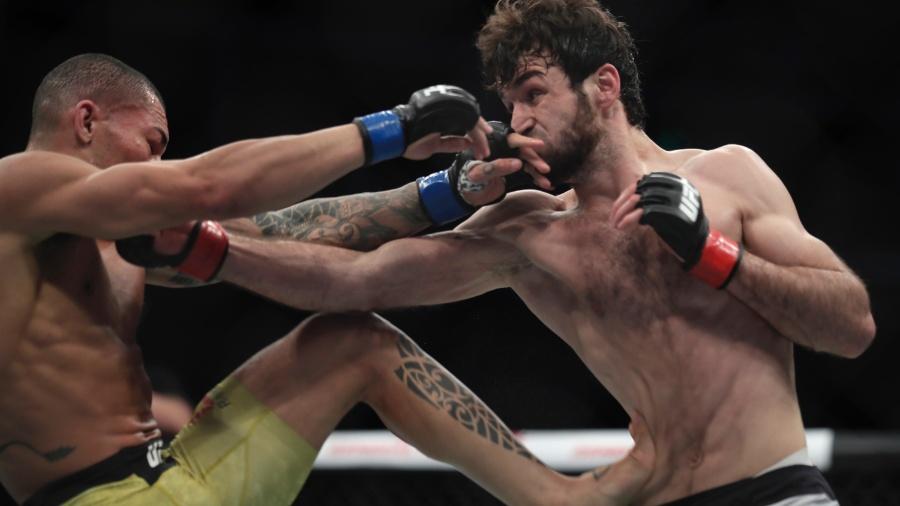 Sheymon Moraes (à esquerda) estreou com derrota no UFC - Hu Chengwei/Getty Images