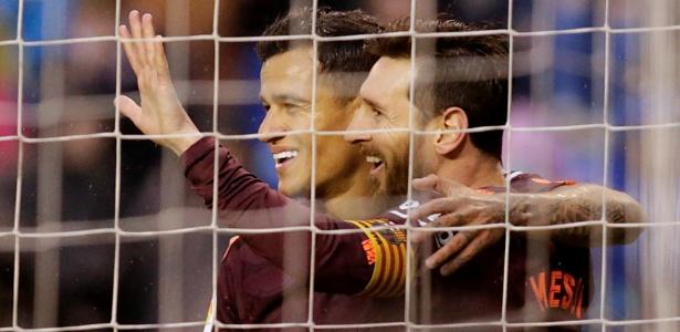 Coutinho comemora gol com Lionel Messi no Barcelona