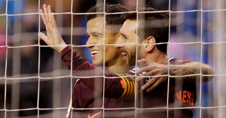 Messi comemora com Coutinho o segundo gol do Barcelona sobre o La Coruña