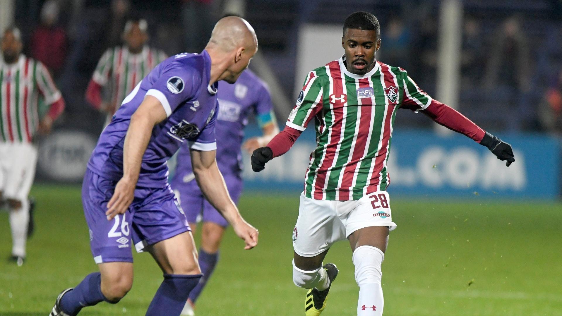 Matheus Alessandro em lance da partida entre Defensor e Fluminense, pela Sul-Americana