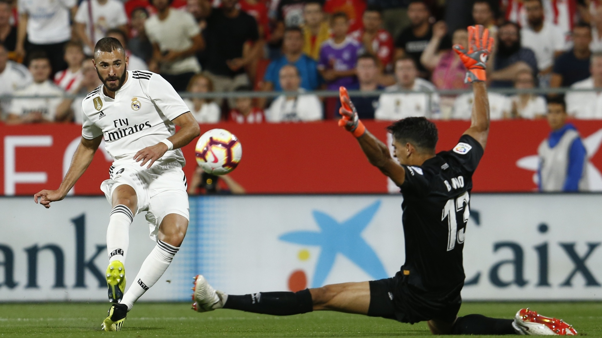Karim Benzema até balança as redes do Girona, mas o assistente marca impedimento no lance