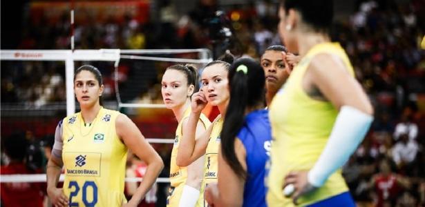 Seleção feminina de vôlei durante jogo contra o Japão