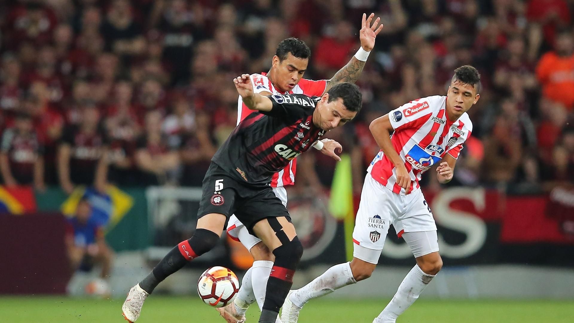 Pablo disputa bola durante Atlético-PR x Junior de Barranquilla