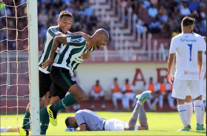 Jogadores do Coritiba comemoram gol contra o Foz