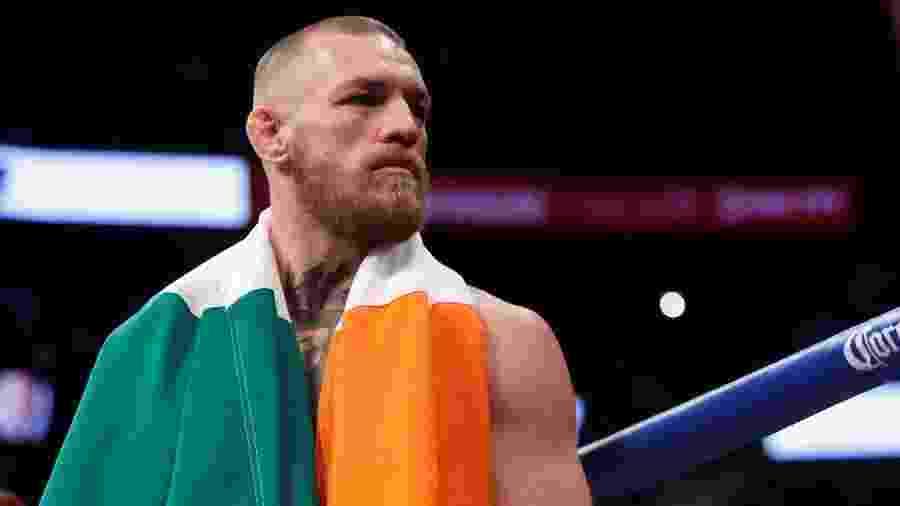 Conor McGregor carrega a bandeira da Irlanda nos ombros - Steve Marcus/Reuters