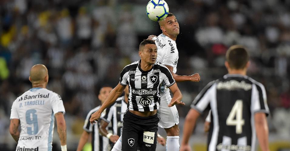 Cícero disputa bola pelo alto durante Botafogo x Grêmio