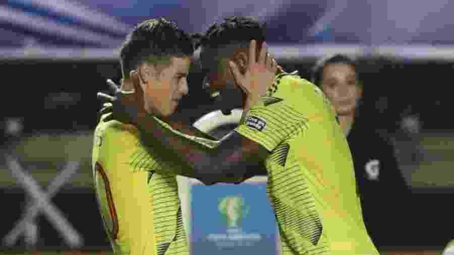 Zapata comemora com James Rodriguez o gol da Colômbia contra Qatar na Copa América - REUTERS/Amanda Perobelli