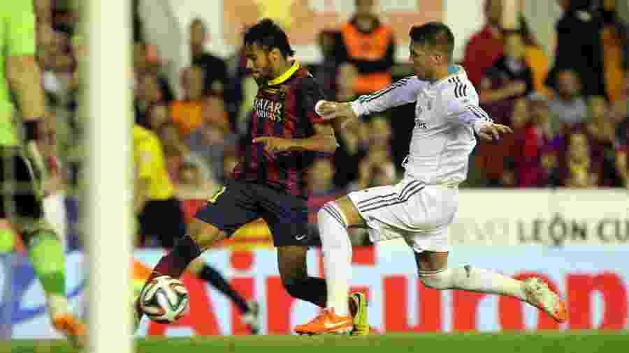 Neymar enfrenta Sergio Ramos durante Barcelona x Real Madrid - Miguel Ruiz/FC Barcelona via Getty Images