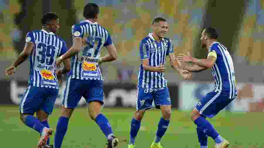 João Paulo cumpre suspensão e desfalca o Avaí contra o Flamengo - Thiago Ribeiro/AGIF