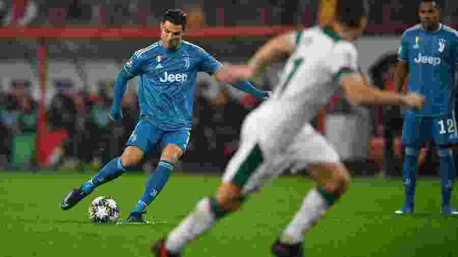 Cristiano Ronaldo cobra uma falta pela Juventus contra o Lokomotiv Moscou - Dimitar Dilkoff/AFP