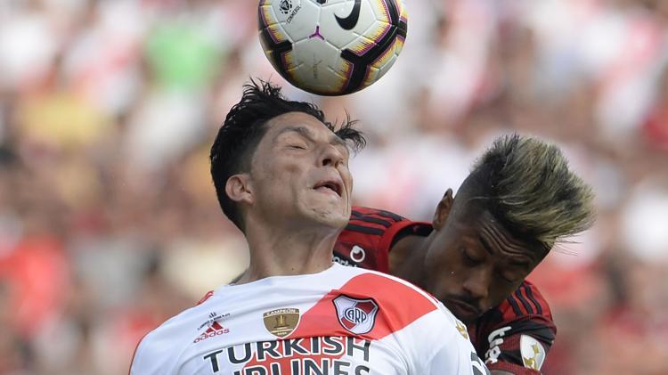 Enzo Pérez e Bruno Henrique disputam lance na final da Libertadores entre River e Flamengo - Ernesto Benavides/AFP