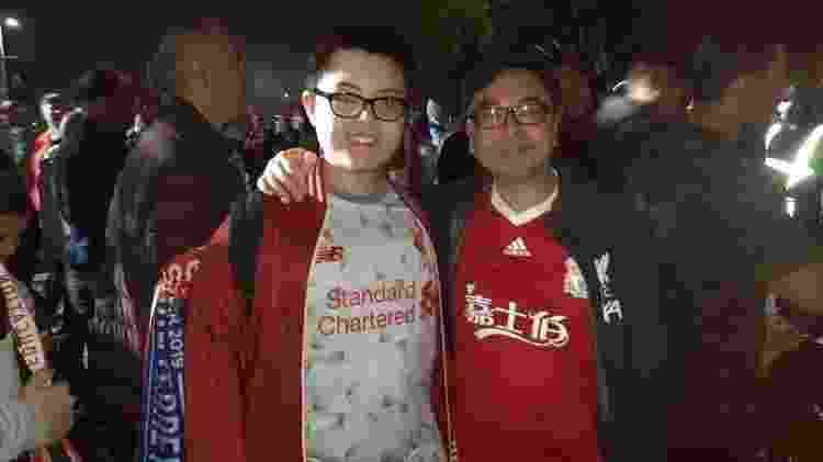 Sunny, de Hong Kong, e seu filho, vieram para Doha ver o Liverpool  - Leo Burlá / UOL - Leo Burlá / UOL