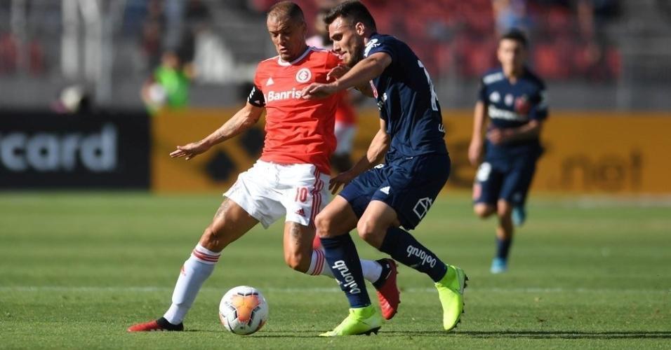 D'Alessandro tenta passar pela marcação, durante a partida entre Internacional e Universidad de Chile