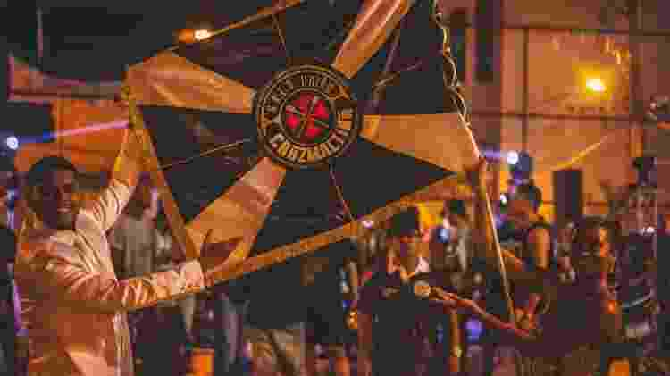 Mestre-sala e porta-bandeira exibem o pavilhão da União Cruzmaltina, a escola de samba dos vascaínos - Close Produtora / União Cruzmaltina - Close Produtora / União Cruzmaltina