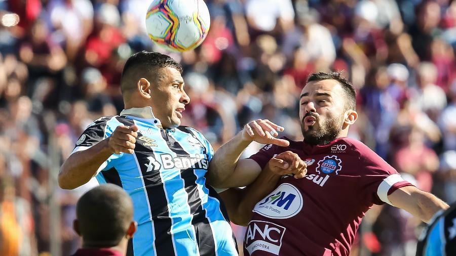 Diego Souza disputa bola em jogo do Grêmio contra o Caxias do Sul  -  Pedro H. Tesch/AGIF