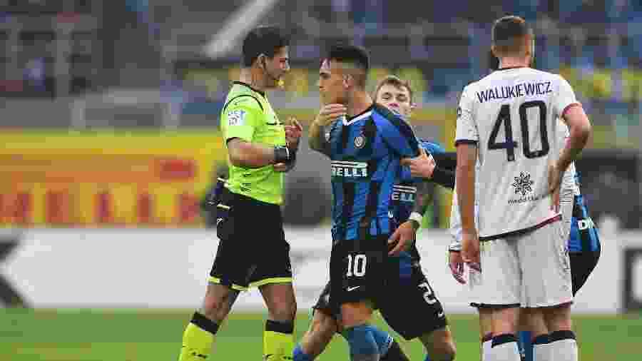 Lautaro Martinez, da Inter de Milão, encara árbitro Gianluca Manganiello durante partida do Campeonato Italiano - Claudio Villa - Inter/Inter via Getty Images