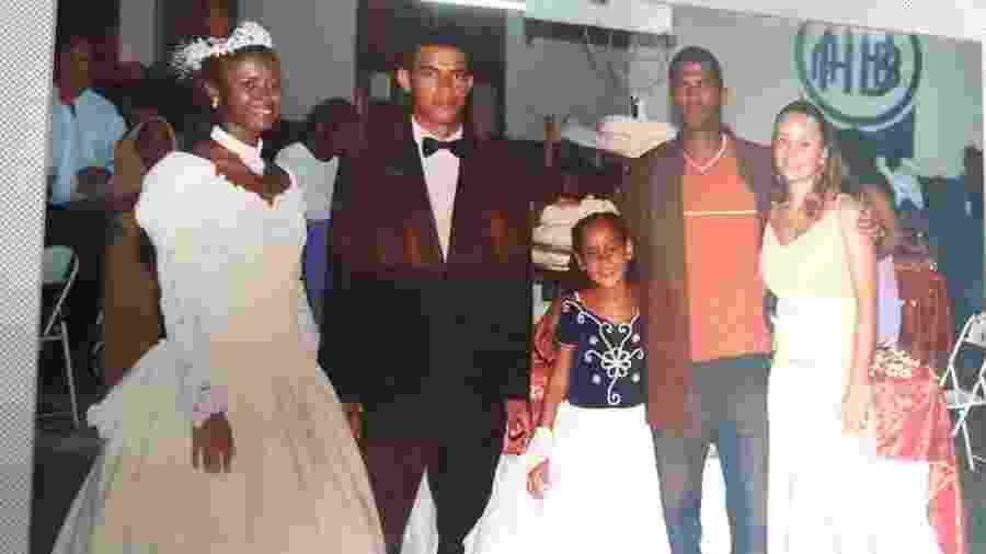 Clébson abraçado com a esposa Hariadna no casamento da irmã Rosângela, em imagem de arquivo da família - Acervo pessoal