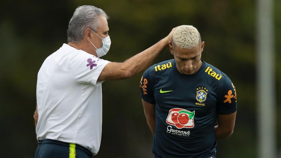 Tite e Richarlison durante treino da seleção brasileira - Lucas Figueiredo/CBF