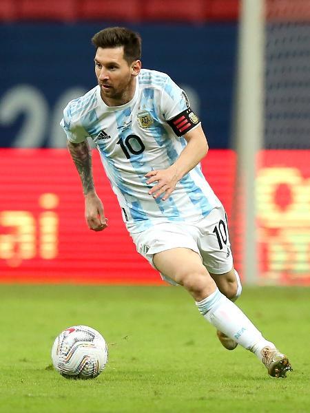 Messi conduz a bola na partida entre Argentina x Paraguai pela Copa América - Alexandre Schneider/Getty Images